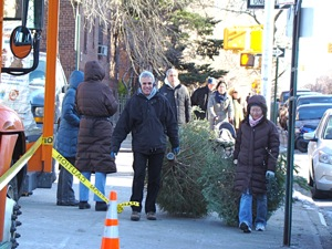 MulchFest 2010 Queens - Photos | MulchFest 2010 Queens NY Parks Department Mulchfest 2010 Jackson Heights Astoria Mulchfest photos Christmas Trees